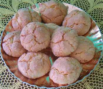 a tray of amaretti cookies