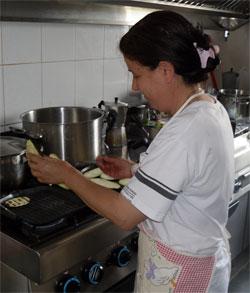 marisa preparing the grilled aubergines
