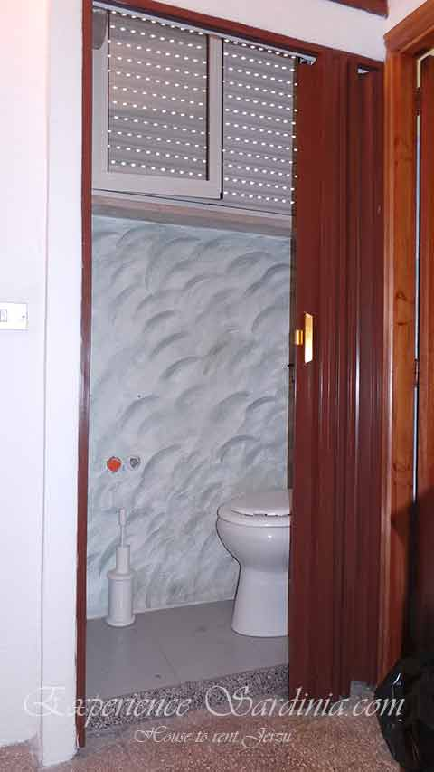 toilet room in a house to rent in ogliastra