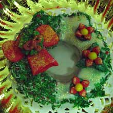 read white and green wreath cookie