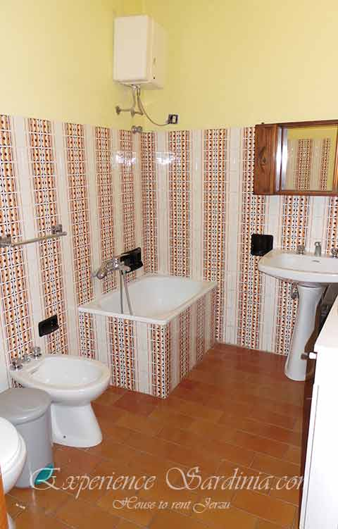 bathroom in a cheap rental accomodation in sardinia